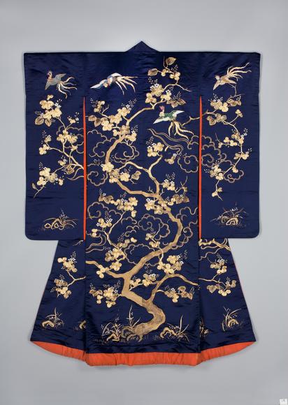 Верхнее кимоно для молодой женщины. Япония, 1850-1880 Шелковый атлас, шелковые и металлические нити; ткачество, вышивка