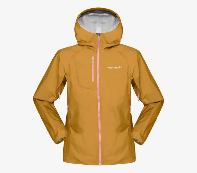 Куртка из мембраны В горах переменчивая погода, и температура при подъеме может значительно уменьшаться. Поэтому в рюкзаке обязательно должна быть куртка из мембраны, которая защитит от ветра, дождя, густого тумана и снега. Чтобы система правильно отводила влагу от тела, важно надевать термобелье и синтетические или пуховые утеплители, и при этом избегать хлопковых футболок или шерстяных свитеров, которые впитывают влагу. Выбирайте проверенных производителей мембранных тканей (GoreTex, Dermizax) или внимательно проверяйте характеристики водонепроницаемости и паропроницаемости — чем они выше, тем комфортнее вам будет в одежде. Не игнорируйте детали — швы должны быть проклеены, а молния влагозащищенной. Дополнительные удобные бонусы: система проветривания; двухзамковая молния, которая расстёгивается и сверху и снизу; капюшон, который сочетается со шлемом (актуально велосипедистам, альпинистам и горнолыжникам).