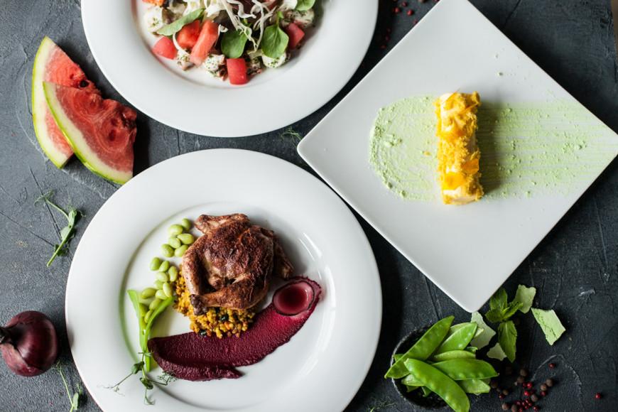 «Бочка», сет №1: салат с осьминогом и хрустящим фенхелем; жареный цыпленок корнишон с цитрусовым булгуром; дынный мусс