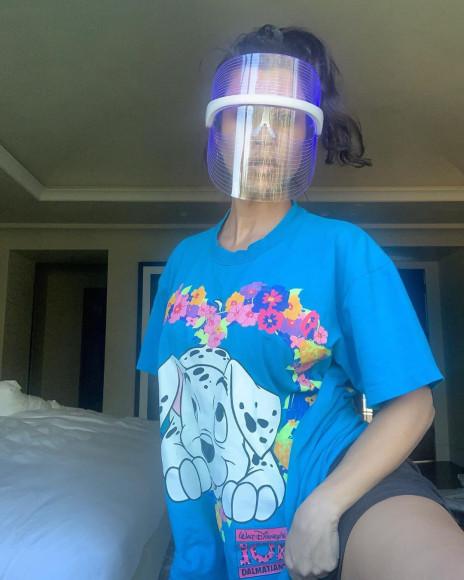 Кортни Кардашьян в футболке с долматинцем
