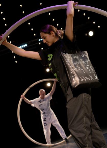 Артист «Упсала-Цирка» с сумкой Arny Praht