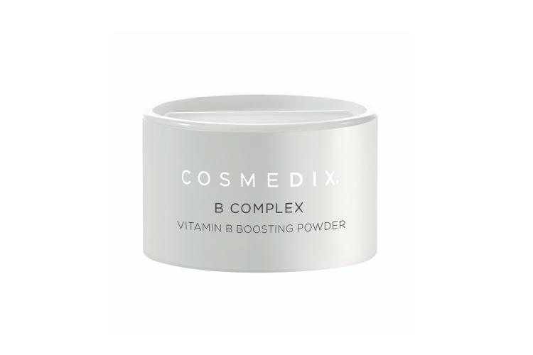 Кристаллическая пудра «Витамин B-Комплекс», Cosmedix представляет собой антивозрастной успокаивающий бустер с витамином B, который помогает осветлить тон кожи, восстановить уровень влаги и уменьшить проявление глубоких и мелких морщин. Бустер работает в паре с другими продуктами повседневного ухода