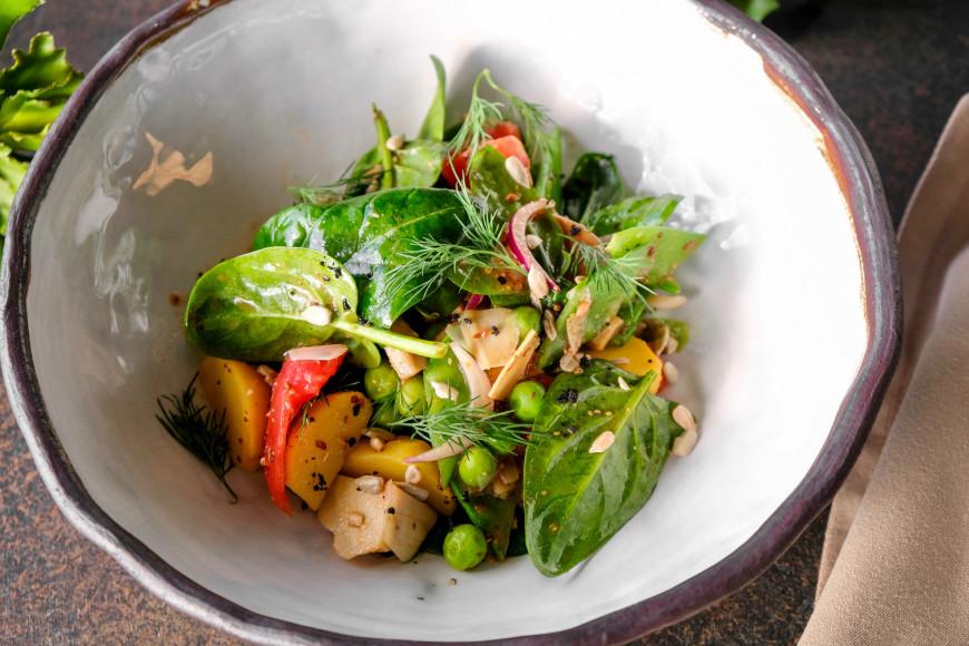 Салат с маринованными артишоками, маслятами, зеленым стручковым горошком и горчичной заправкой