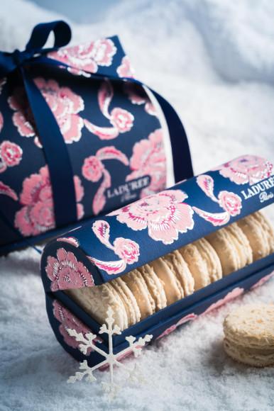 Пирожные макарон Ladurée (250 руб. за штуку) в специальной рождественской упаковке — темно-синих коробках с бархатистыми розовыми узорами