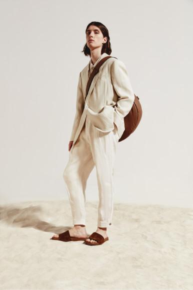 Пиджак Raplh Lauren, поло Brunello Cucinelli, брюки Giorgio Armani, сумка Zegna Couture, шлепанцы Loro Piana
