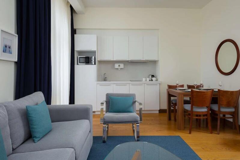 Кухня и столовая в апартаментах