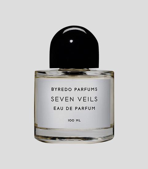 Seven Veils, Byredo  Идеальный вариант для свидания темной осенней ночью: ярче всего в унисекс-аромате звучатсогревающая ваниль и загадочное сандаловое дерево, которые оттеняет аккорд из моркови, орхидеи и розового перца