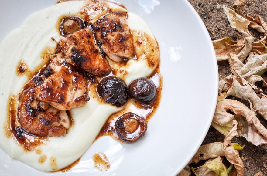 Мускатный цыпленок с муссом из цветной капусты и грибами шиитаки