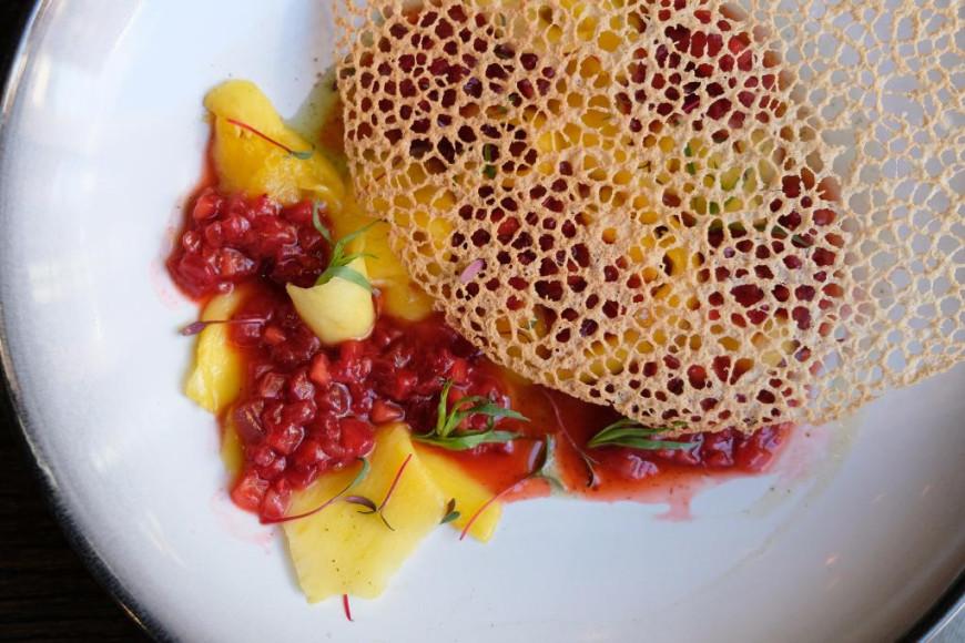 Тартар из манго с клубникой и мятно-кактусовым соусом, 500 руб. (I Like Grill)