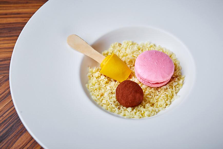 Мини-ассорти: манговый мусс,трюфель, макарон