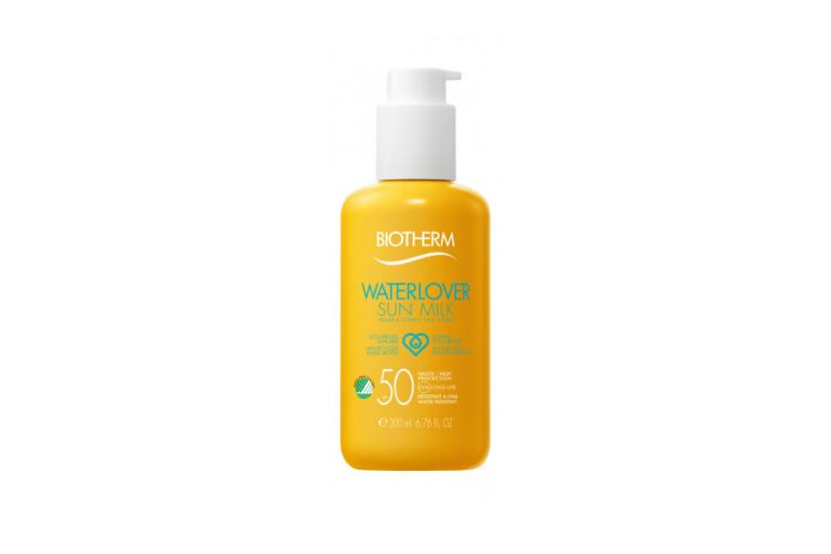 Солнцезащитное молочко для лица и тела Waterlover Sun Milk SPF 30, Biotherm быстро впитывается и не оставляет липкости на коже. Формула на 95% состоит из биоразлагаемых компонентов и включает SPF-комплекс Mexoblue, который отражает все виды ультрафиолетового излучения и не вредит окружающей среде. В состав также входят витамин E и фирменный компонент бренда— экстракт термального планктона, которые увлажняют кожу и борются со свободными радикалами