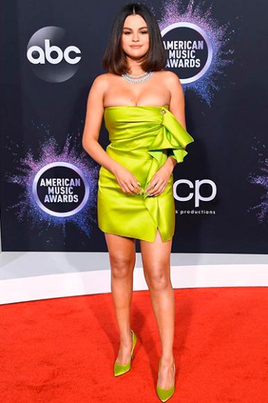 Селена Гомес в Versace на церемонии American Music Awards