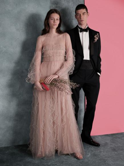 На ней: платье, сандалии, сумка —все Valentino. На нем: смокинг, рубашка, оксфорды, пояс для смокинга, галстук-бабочка —все Tom Ford