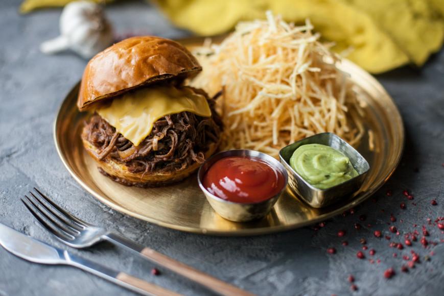 Бургер с рваной говядиной