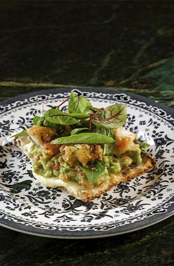 Тост с гуакамоле и креветки темпура