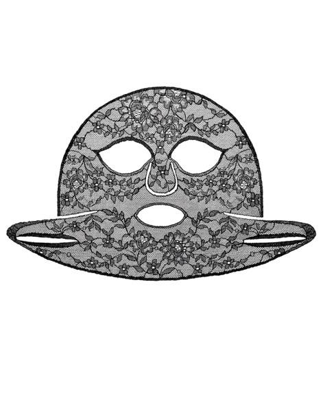 В отличиеот своих «нетканых» соратников, кружевная маска для лица Le Soin Noir, Givenchy не даст вам перепугать весь дом в процессе обретения неземного великолепия. За красотуаксессуара не придется платить эффектом: восстанавливающие иувлажняющие качества тоже при ней.