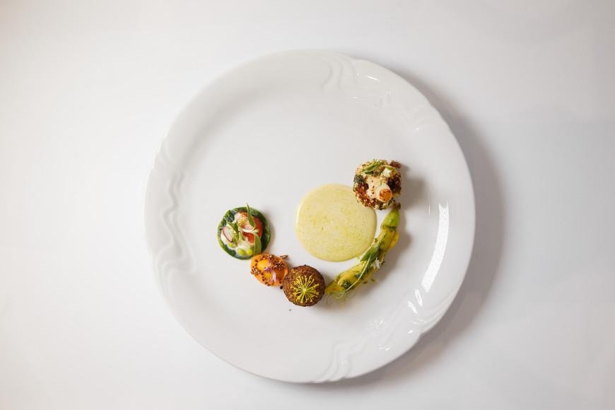 Вторым конкурсным блюдом стала цветная капуста с молодым кабачком, которую Матюха дополнил фенхелем, южными специями, грильяжем из лука и фундука, а также многими другими ингредиентами