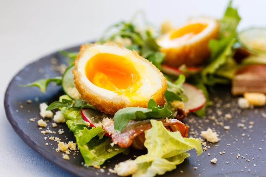 Теплый салат с беконом и хрустящим яйцом.