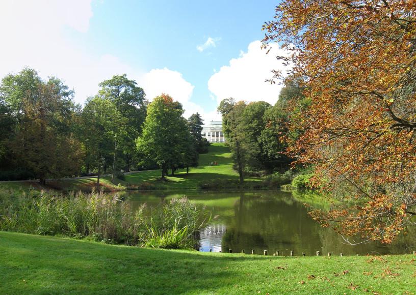 В Лазенках можно полюбоваться парком и небольшим дворцом на воде