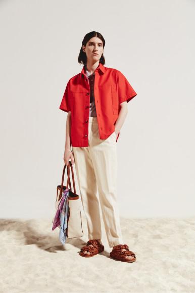 Рубашка Bottega Veneta, поло Il Borgo Cashmere, брюки Loro Piana, сумка Balmain, шлепанцы Valentino Garavani, платок Eton