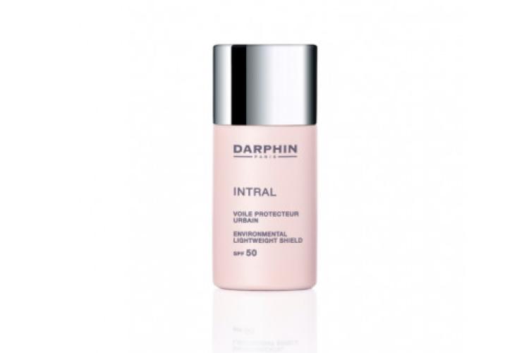 Защитная вуаль для лица Intral Environmental Lightweight Shield SPF 50, Darphin защищает кожу от ультрафиолетовых лучей и от воздействия негативных факторов окружающей среды. Формула включает протеин пшеницы, минеральные фильтры и пигменты. Средствоможно использовать как базу под макияж