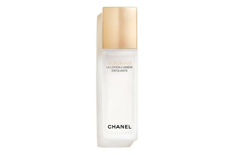 Отшелушивающий лосьон для сияния и ровного тона кожи Sublimage La Lotion Lumière Exfoliante, Chanel содержит фруктовые кислоты, стимулирующие клеточное обновление, а также устраняет избыток ороговевших клеток, осветляет и выравнивает тон