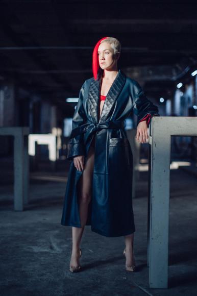 На Дарье Мороз: плащ— собственность творческой группы, туфли Gianvito Rossi
