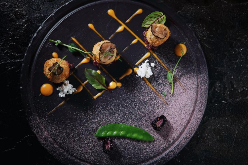 Пхали из желтого гороха и фуа-гра с черными трюфелями