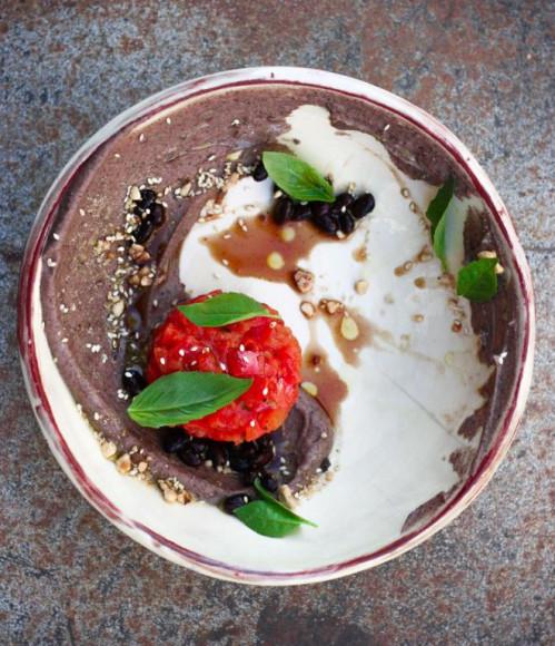 Тартар из томатов/ хумус из черной фасоли/ базилик, 550 руб. (Pinch)
