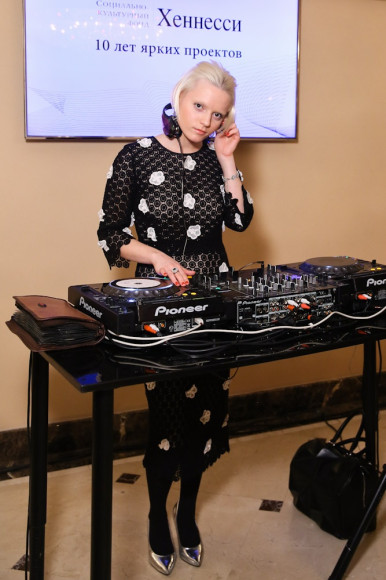 DJ Эва Вострокнутова