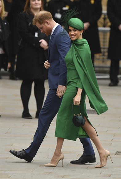 Принц Гарри и Меган Маркл в платье Emilia Wickstead, шляпке William Chambers, лодочках Aquazzura и с сумкой Gabriela Hearst на службе Вестминстерском аббатств