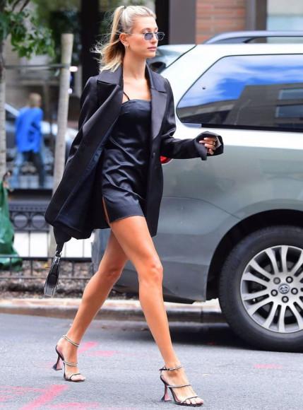 Хейли Бибер в обуви Amina Muaddi