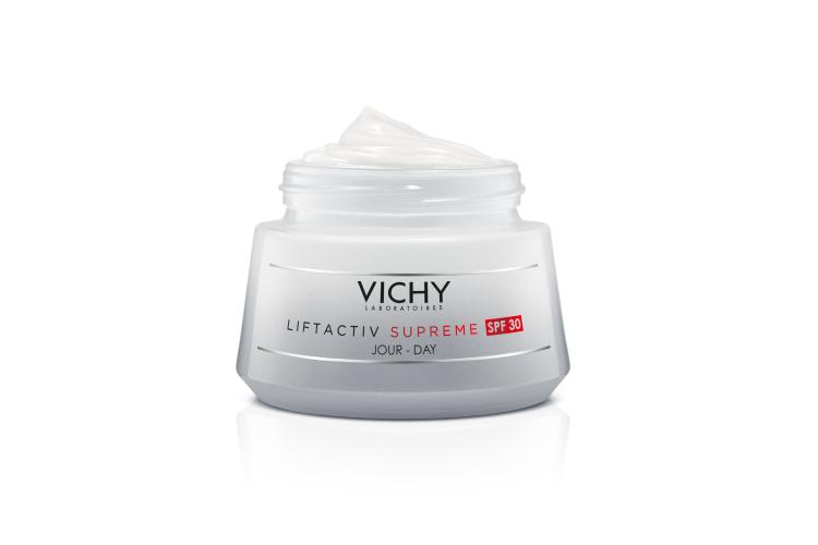 Крем-уход Liftactiv Supreme SPF30 / PPD 17.5, Vichy направлен на борьбу с морщинами, увлажнение, восстановление упругости и защиту от солнца. В его составе— гиалуроновая кислота пролонгированного действия, витамин B3, 5-процентный растительный сахар рамноза и защитные фильтры