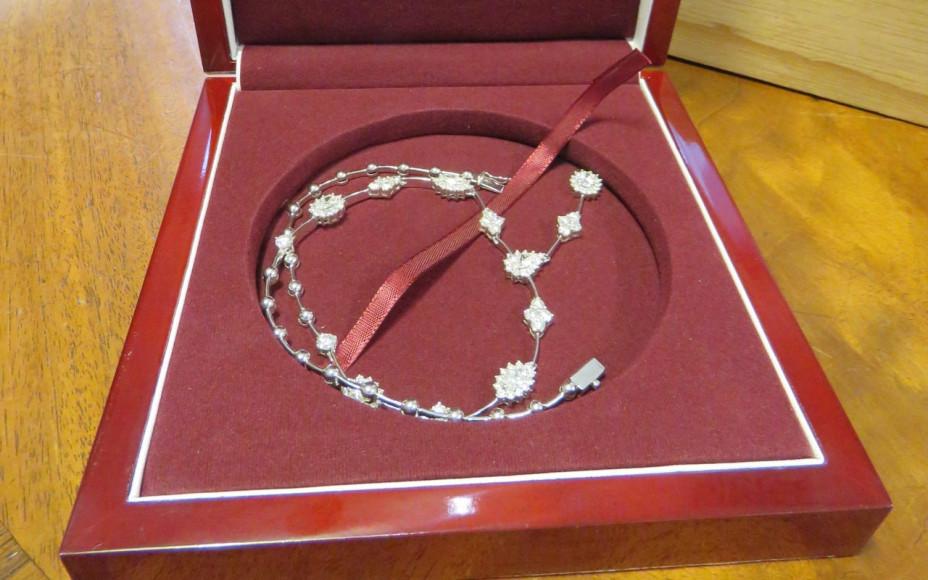 Два ожерелья с бриллиантами стоимостью £6 тыс.