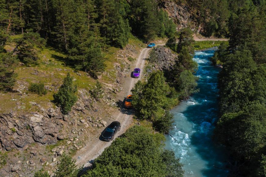 Кроссоверы Urus, Lamborghini в оттенках темно-серый Grigio, оранжевый Arancio Borealis, фиолетовый Viola Pasifae, перламутровый голубой Blu Aegir в Марухском ущелье