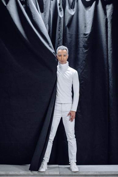На Гладстоне Махибе: водолазка Zegna Couture, джинсы Fendi, кеды Saint Laurent