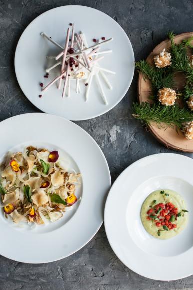«Турандот», сет №1: салат с фенхелем, козьим сыром и айвой; кальмар с картофельным пюре и томатами со вкусом лайма; десерт «Кокосовый рай»