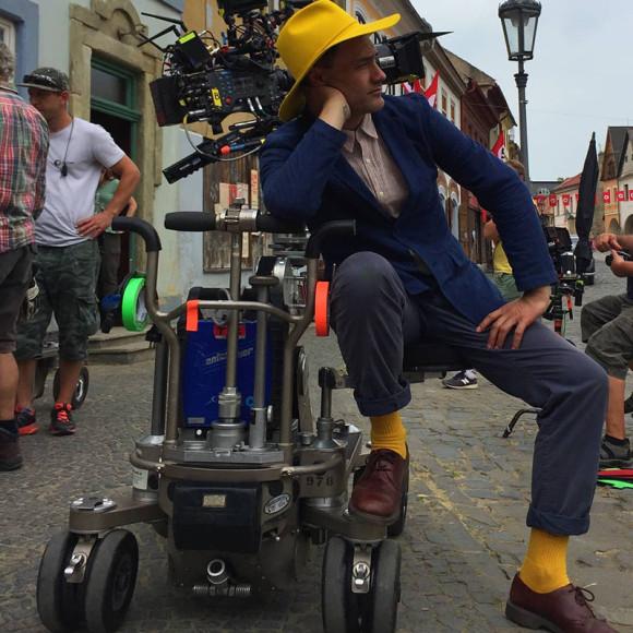 Тайка Вайтити в желтой шляпе