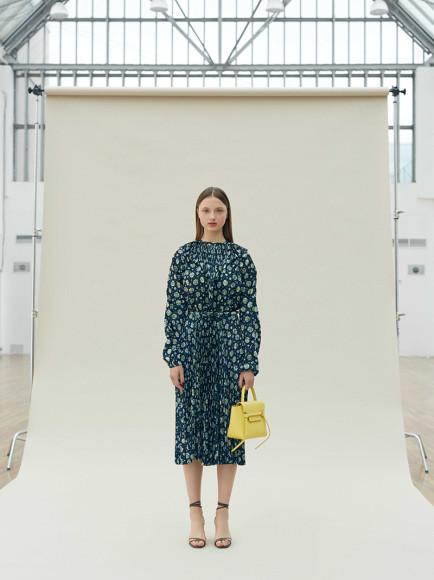 Платье Vetements 99 500 руб., сумка Celine 119 тыс. руб., босоножки Aquazzura 44 050 руб.