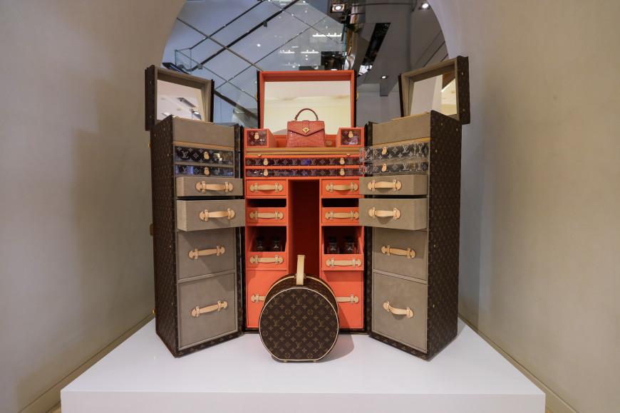 Бутик Louis Vuitton в ГУМе с выставочными экспонатами