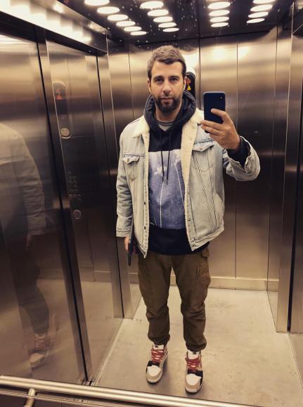 Иван Ургант в джинсовой куртке и худи