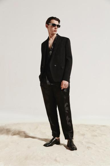 Пиджак, брюки, очки— все Saint Laurent, дерби Maison Margiela
